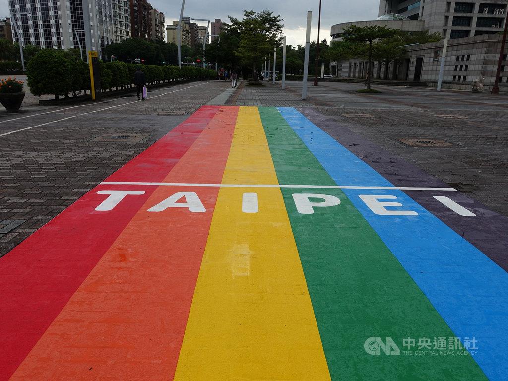 台北市觀傳局30日表示,台北市第2座彩虹地景藝術「彩虹起跑線」即日起在市民廣場亮相,以類跑道形式呈現,就像奔往幸福的起點。中央社記者李宛諭攝 109年9月30日