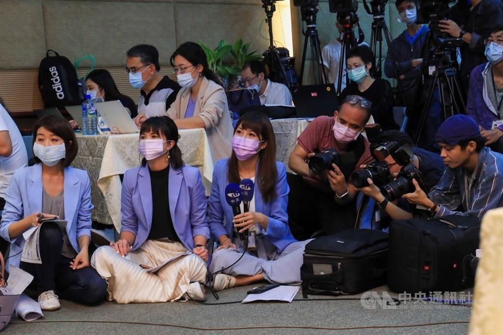 備受關注的中天新聞台換照案,國家通訊傳播委員會(NCC)18日決議「不予換照」。NCC下午舉行記者會說明,中天新聞台派出多名記者到場關注。