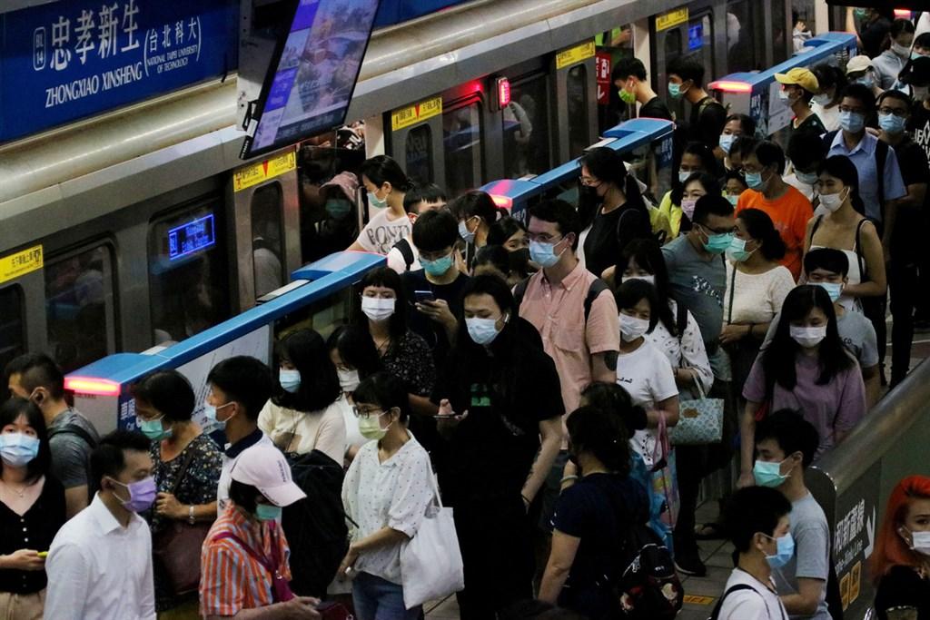 中央流行疫情指揮中心宣布,自12月1日起,在公告的公共場所內都必須配戴口罩,否則即予以開罰。