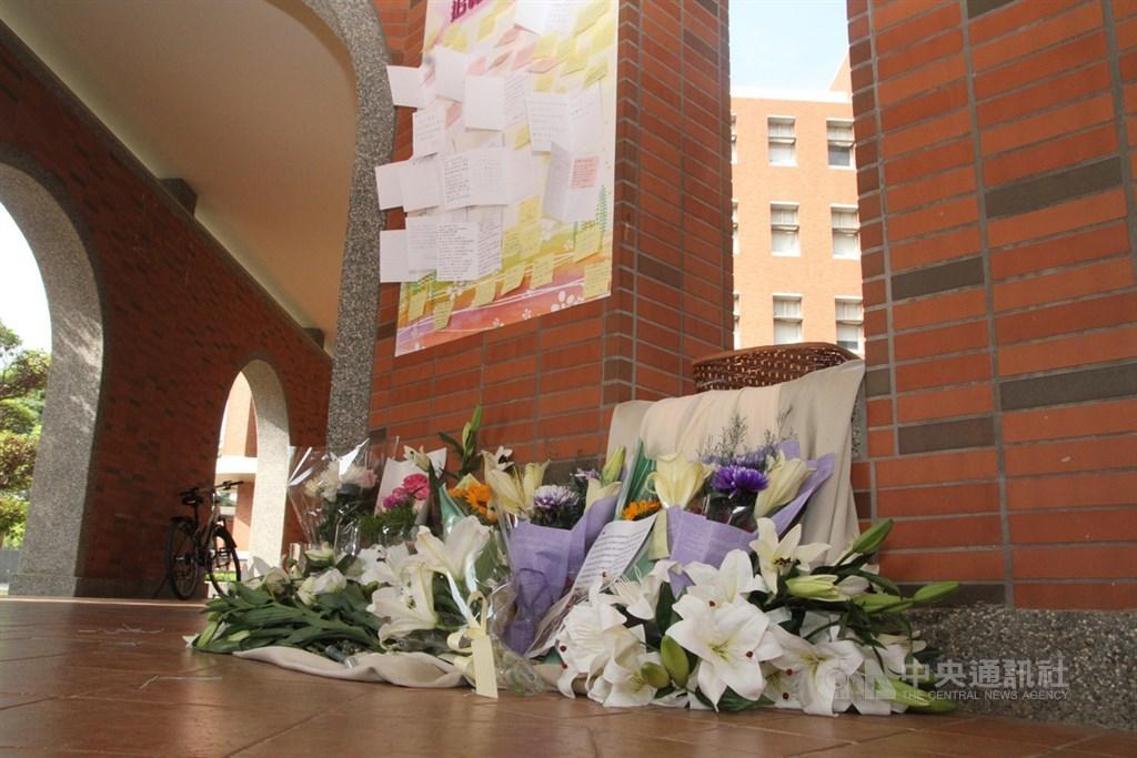 長榮大學馬來西亞籍女學生遇害身亡,多名師生31日發起追思活動,出席者在追思牆前獻花致意。