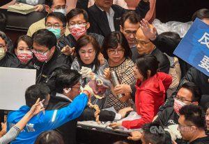 行政院長蘇貞昌27日第13度赴立法院施政報告,國民黨團仍祭出杯葛手段阻擋,朝野立委爆發推擠,國民黨立委朝台上丟豬皮與內臟。