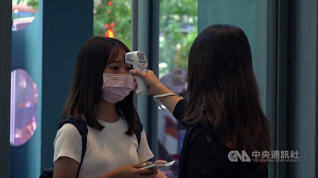 中央流行疫情指揮中心今日於記者會上宣布,自12月1日起,啟動「秋冬防疫專案」,希望國人配合防疫。