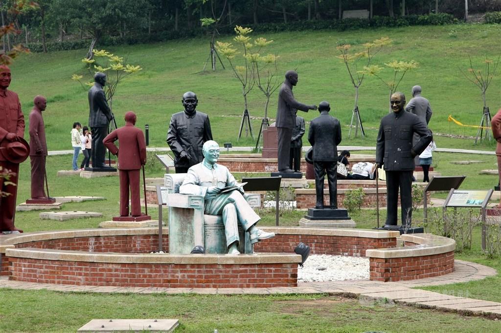 圖為安置100多尊蔣中正銅像的桃園大溪慈湖紀念雕塑公園。