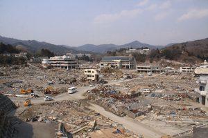 三一一海嘯後的女川 Damage_of_Tsunami_at_Onagawa(圖/ChiefHira/CC BY-SA 1.0)