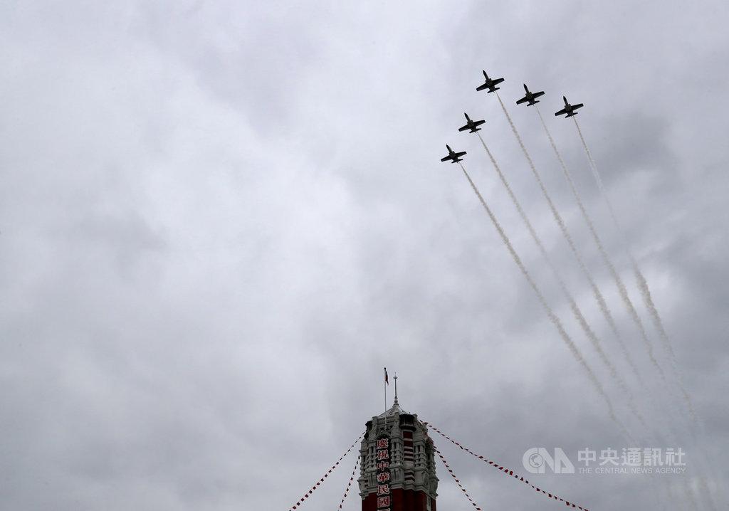 圖為5架AT-3戰機衝場飛越總統府上空,進行2020年雙十國慶預演。(中央社檔案照片)