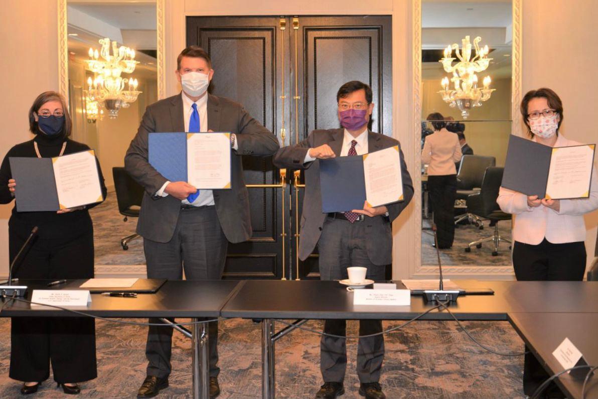 台美經濟繁榮夥伴對話於20日登場,駐美代表蕭美琴(右)與美國在台協會執行理事藍鶯(左)在美國國務次卿柯拉克(左2)與經濟部次長陳正祺(右2)見證下,簽署備忘錄。