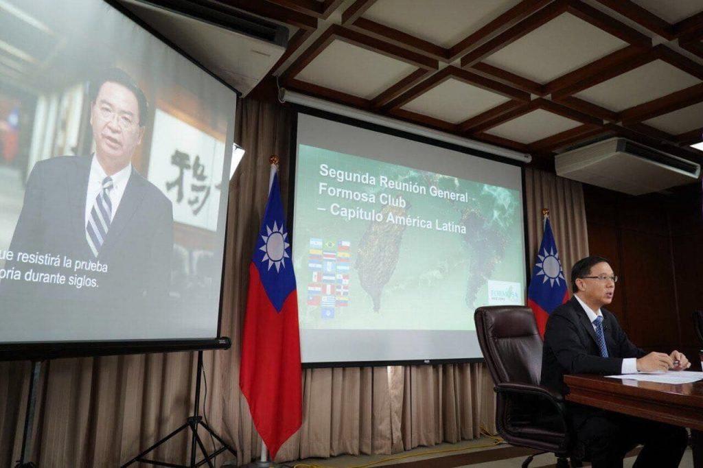 外交部長吳釗燮為拉丁美洲「福爾摩沙俱樂部」會員大會錄影開幕致詞,外交部常務次長曹立傑全程參與。