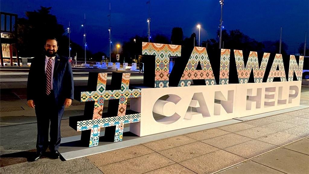 世界衛生大會復會期間,駐日內瓦辦事處在聯合國分部「萬國宮」前廣場架設TaiwanCanHelp大字,多國大使特地前往合影,以行動支持台灣參與世衛大會。圖為