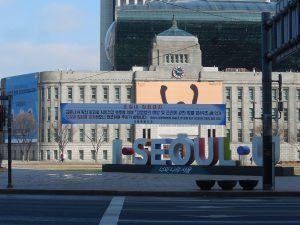 1280px-Seoul_City_Hall_with_COVID-19_notice首爾(圖/오모군/CC BY 3.0)