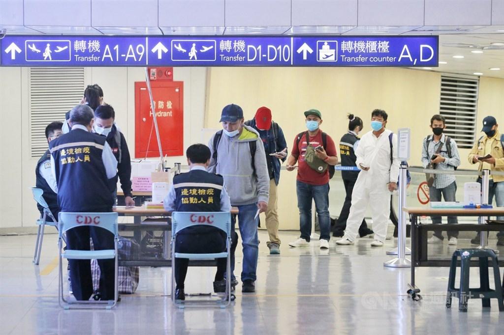 中央流行疫情指揮中心宣布:來台旅客都必須檢附檢疫證明書始可入境,引發是否違憲等法律爭議。 (圖/中央社)