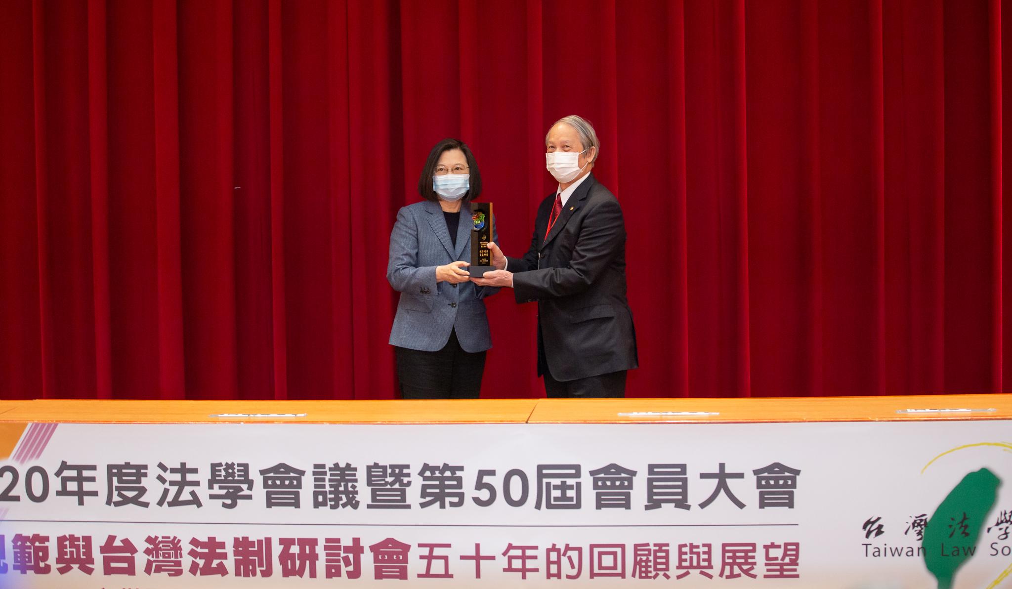 總統蔡英文出席台灣法學成立五十週年會員大會,對於台灣法學會推動人權保障與法制工作,表示感謝之意。 (Official Photo by Wang Yu Ching / Office of the President)