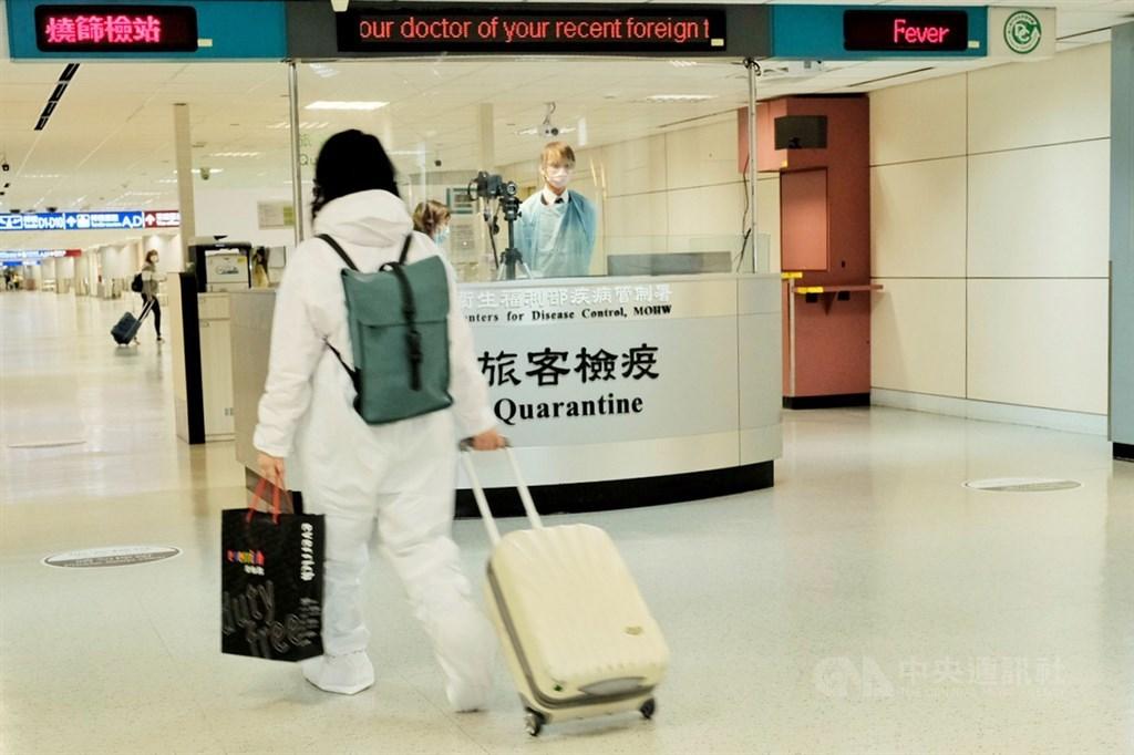 12月起,國人返台應備有武漢肺炎核酸檢驗證明。指揮中心2日宣布,若登機前沒有證明,且沒有合理理由,將罰新台幣1萬元。(中央社檔案照片)