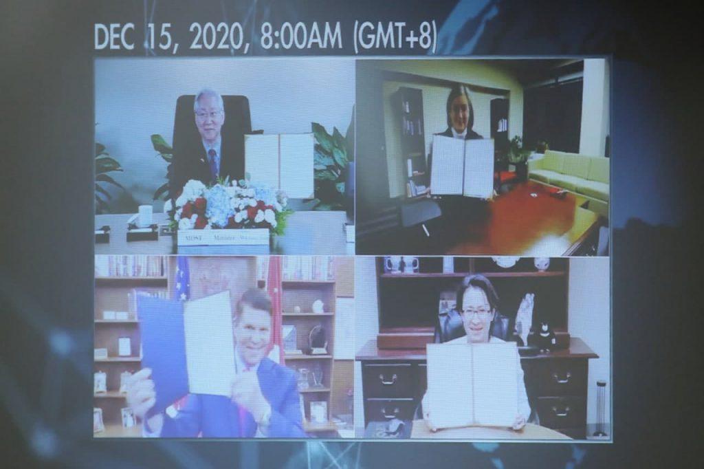 駐美代表蕭美琴大使(右下)與美國在台協會執行理事藍鶯(Ingrid Larson,右上)於台北時間本(109)年12月15日上午在華府視訊簽署《台美科學及技術合作協定》, 美國務院主管經濟成長、能源及環境事務次卿柯拉克(Keith Krach,左下)及科技部長吳政忠(左上)等人於線上見證。