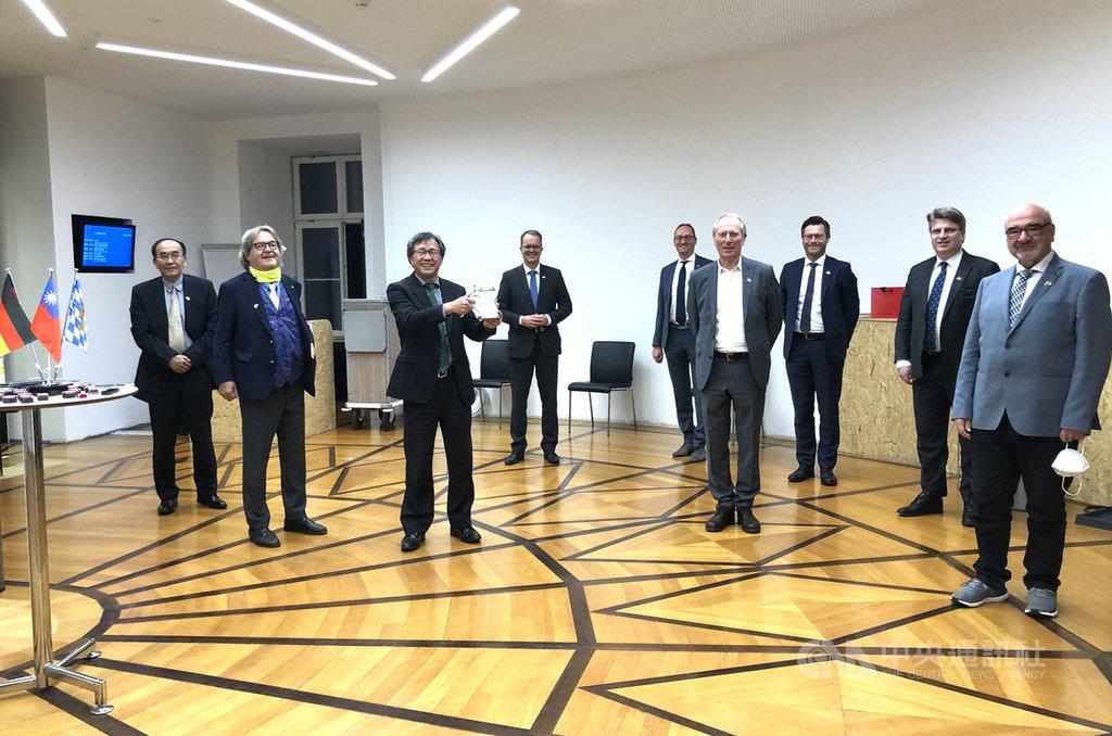 德國巴伐利亞邦議會8日成立友台小組,成員來自朝野各黨派,駐德代表謝志偉(左3)應邀到場致詞。(駐慕尼黑辦事處提供)中央社記者林育立柏林傳真 109年10月9日