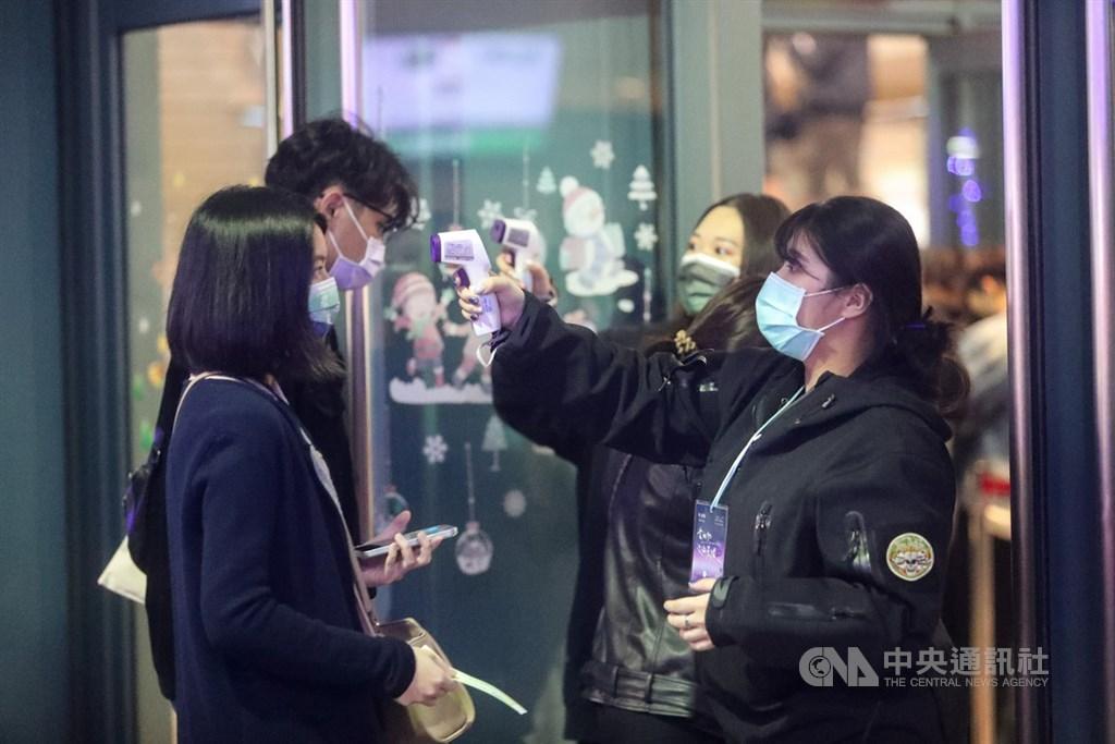 對於「電子圍籬2.0」惹議,防疫指揮官陳時中6日表示,電子圍籬以行動電話基地台為設定參考,科技防疫難免涉及隱私,但遵循最小侵害原則等,對民眾衝擊降最低。圖為演唱會工作人員為入場觀眾量體溫。(中央社檔案照片)