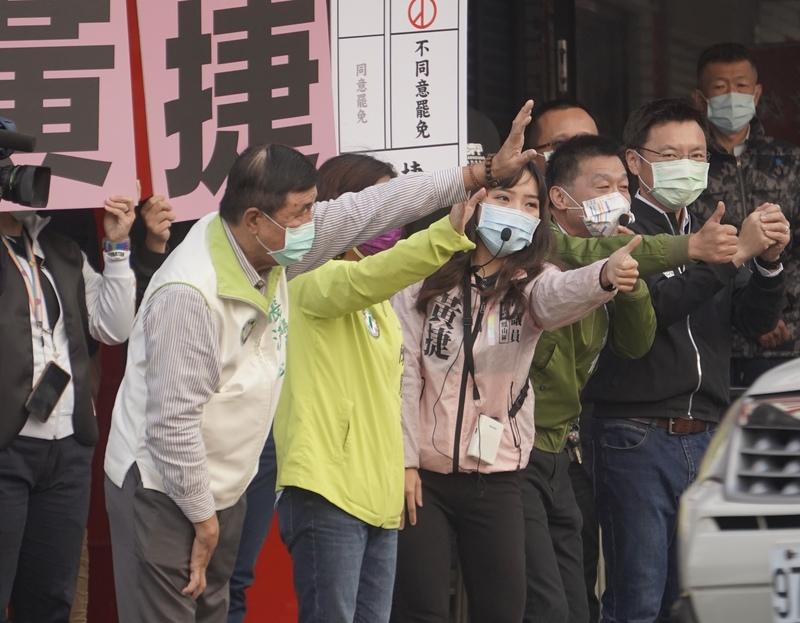 上午高雄民進黨立委與議員在路口聲援黃捷,宣傳反罷免。圖/中央社。