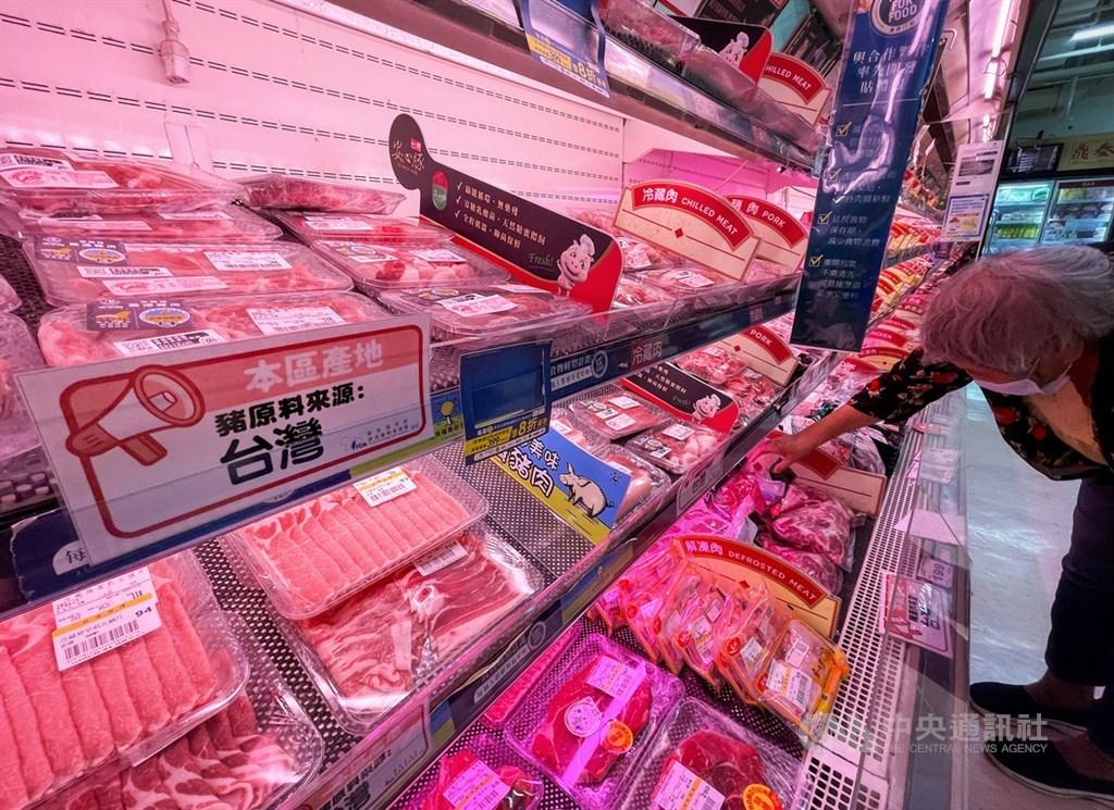 立法院24日晚間通過開放含微量瘦肉精萊克多巴胺豬肉進口的行政命令,定明年元旦起生效。圖為大賣場陳列的台灣國產豬肉。(中央社檔案照片)