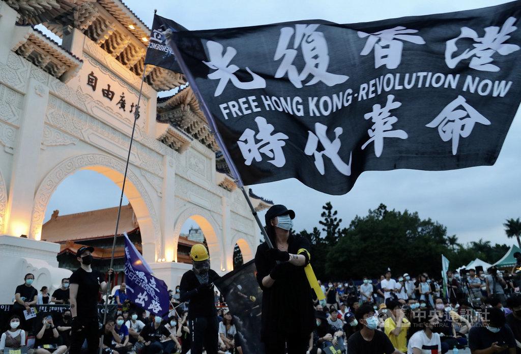 「抗爭未完,台港同行–反送中一週年613晚會」13日晚間在台北自由廣場舉行,大批民眾到場響應,寫有「光復香港 時代革命」的大旗場上飄揚,傳遞對港人追求自由民主權利的支持。中央社