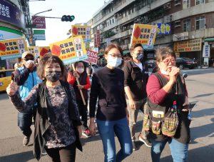 中國國民黨立委葉毓蘭、吳怡玎與罷捷團體於2日徒步宣傳罷捷。圖/中央社。