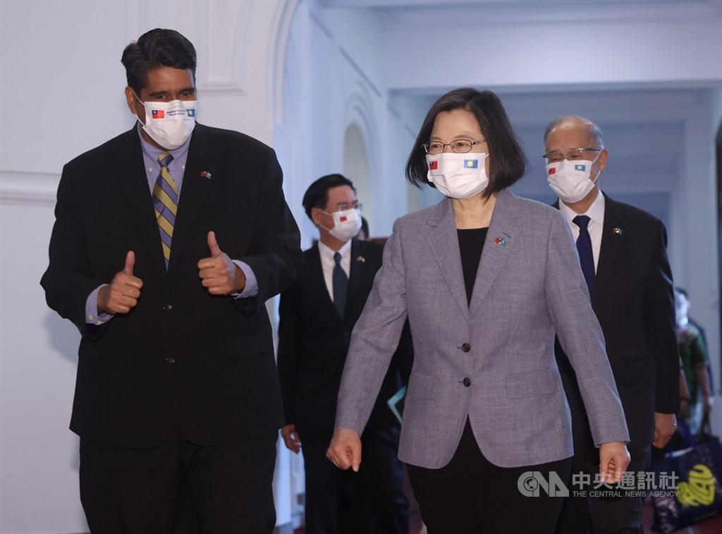 總統蔡英文(前右)30日在總統府會見帛琉總統惠恕仁(Surangel Whipps Jr.)(前左),兩人一起走進晴廳。中央社記者鄭傑文攝 110年3月30日