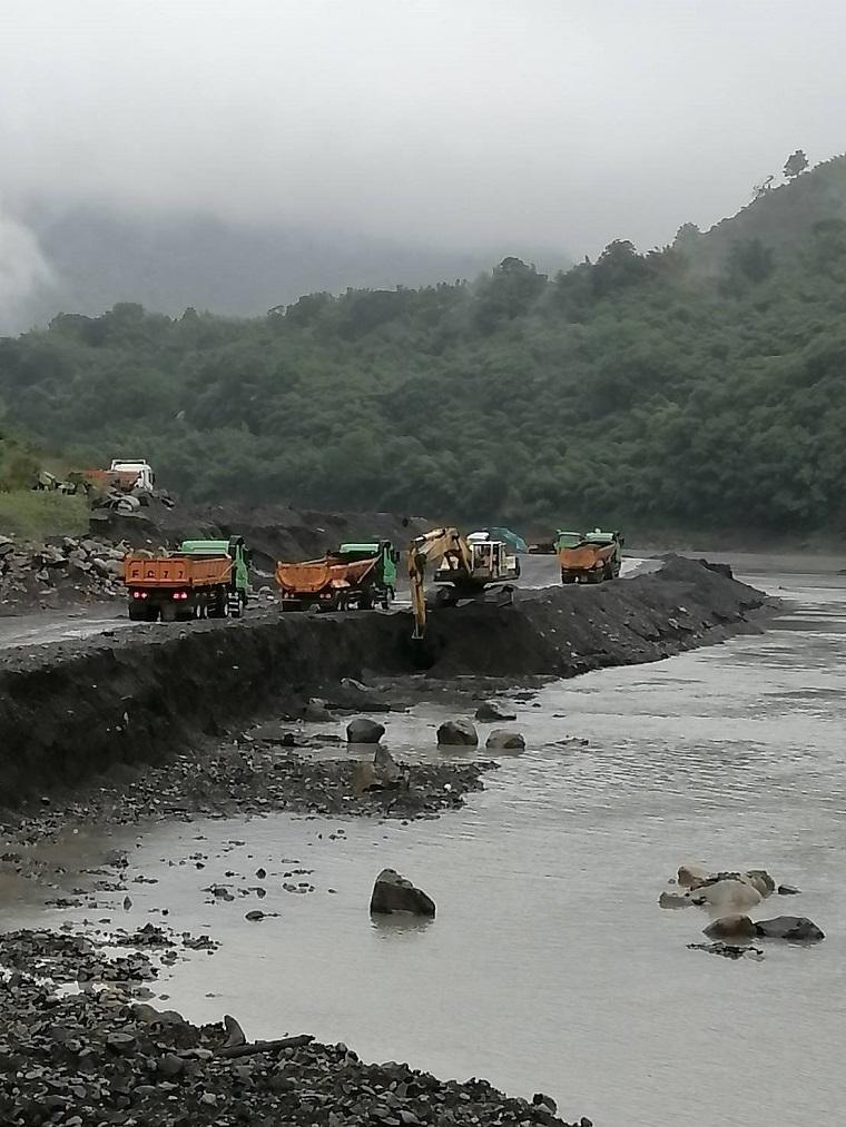 水利署趁著大旱,全力投入水庫清淤。圖為工程人員正在石門水庫進行清淤作業。