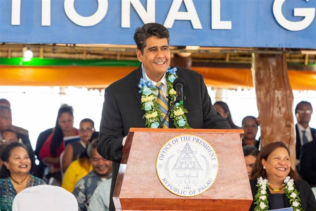 為了替台帛旅遊泡泡宣傳和熱身,外交部長吳釗燮說,帛琉總統惠恕仁(前)將於28日搭包機訪台,4月1日返回帛琉。(圖取自facebook.com/surangeljr)