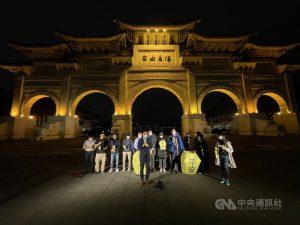 國際特赦組織台灣分會、台灣人權促進會等團體8日晚間在自由廣場,以天燈為被中國羈押的人權鬥士們祈福,民進黨副秘書長林飛帆(前左)出席,共同呼籲中國確保被羈押者安全,立刻釋放他們,讓他們返家過年。中央社記者王飛華攝 110年2月8日