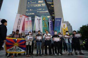 中國全國人民代表大會通過修改香港選舉制度。經濟民主連合、台灣人權促進會等多個公民團體及多位台北市議員12日到位於信義區的中國銀行台北分行前,抗議中國人大扼殺香港自治。中央社記者劉建邦攝 110年3月12日