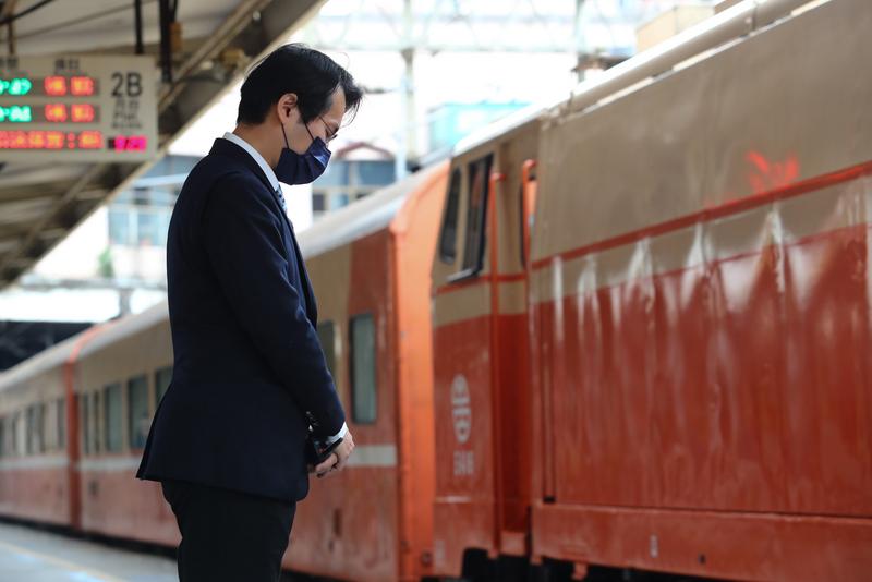 太魯閣號事故頭七 台鐵列車鳴笛哀悼。圖/中央社。