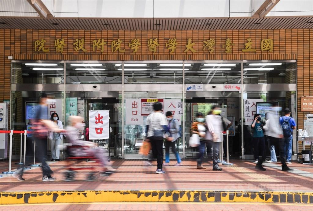 台大醫院吳明賢指責,部分醫師藉著疫情期間申請長假,是傲慢且無情。 (圖/中央社)
