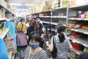 武漢肺炎疫情升溫,台北市、新北市15日起至28日升級第三級警戒,不少民眾上午前往大賣場採買日用品,貨架上的商品幾乎被搶購一空。中央社記者吳家昇攝 110年5月15日