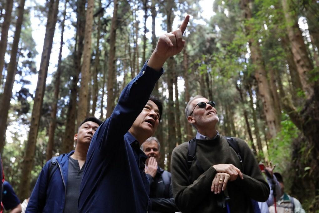 副總統賴清德(前左)邀請美國在台協會台北辦事處處長酈英傑(前右)等駐台代表,24日參訪阿里山特富野古道及達邦部落。(總統府提供)