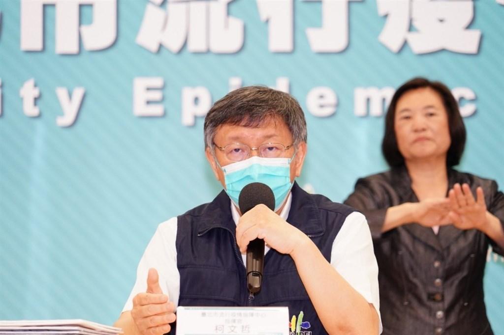 北市疫苗預約亂象不斷,許多長輩只能到現場排隊等候,台北市長柯文哲卻反嗆:沒輪到你幹嘛來排隊? (圖/中央社)