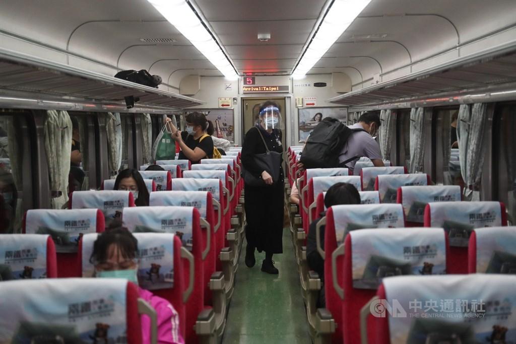雙鐵11日起為多天的端午連假疏運期,配合中央流行疫情指揮中心加強防疫,要求每車廂乘載率不超過2成,雙鐵除減班外,再加上旅客自發性退票,座位利用率都未達5%。民眾乘坐座位前先清潔座椅,還有民眾戴口罩與面罩搭乘。中央社記者吳家昇攝 110年6月11日