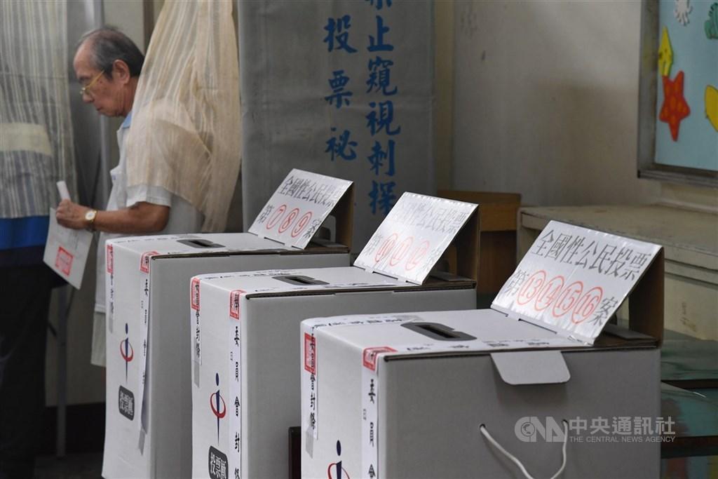 三級警戒延長到7月12日,中選會表示,暫定7月2日會提交委員會議討論,並決定8月28日的公投是否延後投票。圖為2018年九合一選舉。(中央社檔案照片)
