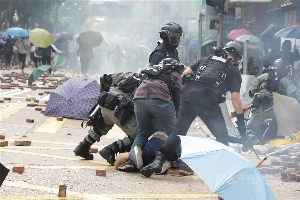 紐約時報報導,自反送中抗議開始以來,因為不信任香港司法,已有多達200名年輕抗議者逃來台灣。圖為11月香港理工大學外港警抓捕示威者。(中央社檔案照片)
