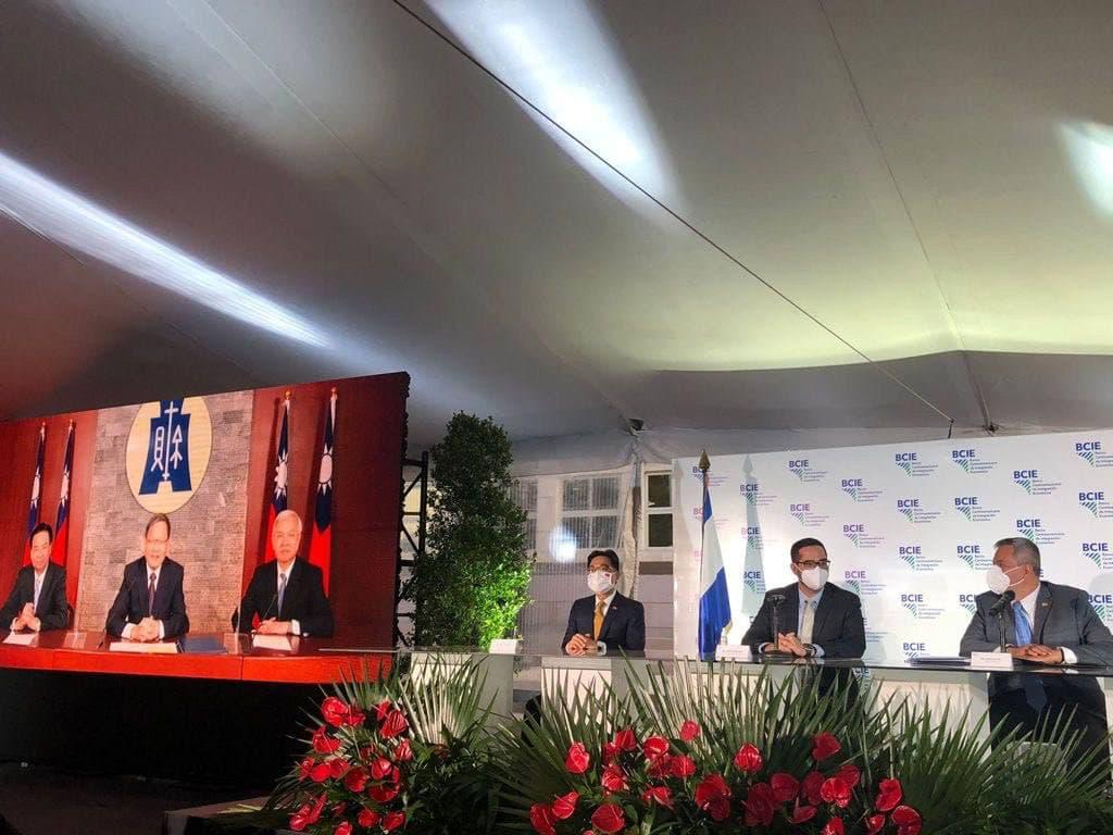 CABEI視訊簽署儀式現場。右起:CABEI總裁Dante Mossi、理事會主席(宏都拉斯財政部長)Marco Midence,及我國駐宏都拉斯溫曜禎大使。 (圖/外交部)