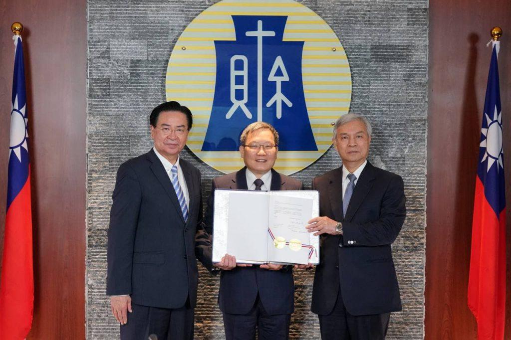 圖說二:左起:外交部長吳釗燮、財政部長蘇建榮、中央銀行總裁楊金龍。 (圖/外交部)
