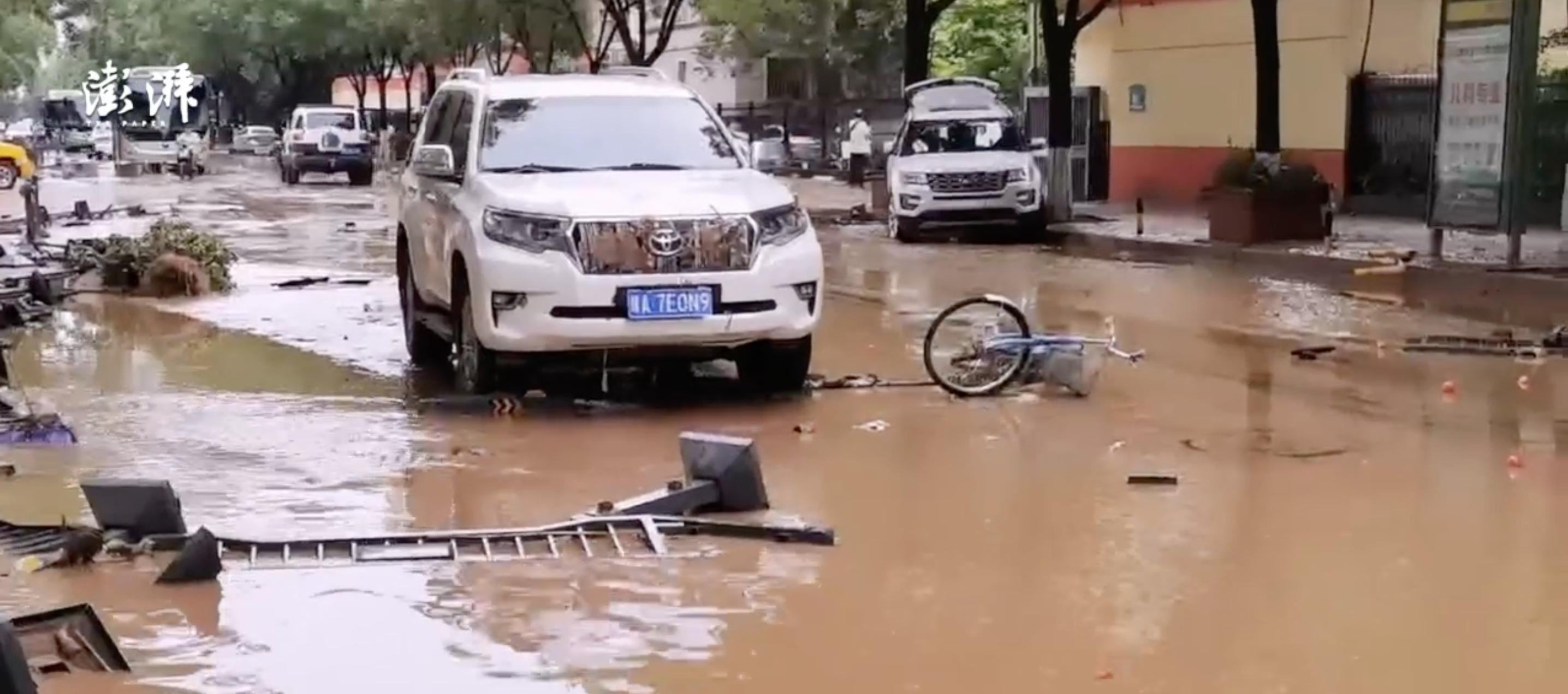 中國鄭州強降雨,大水淹入地鐵釀成死亡悲劇。 (圖取自weibo.com)