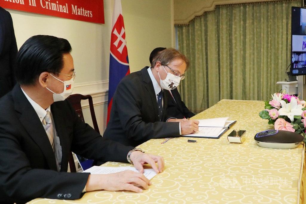外交部長吳釗燮(左)3日見證斯洛伐克經濟文化辦事處代表博塔文(中)簽署台斯刑事司法合作協議。(外交部提供)中央社記者鍾佑貞傳真 110年8月3日