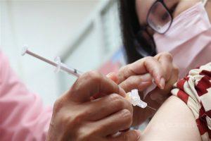 「COVID-19(2019冠狀病毒疾病)疫苗施打意願登記與預約系統」3日中午12時收單,全國意願登記完成總人數為1223萬9385人,其中勾選高端疫苗累計99萬7971人。(中央社檔案照片)