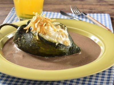 Chile Relleno De Queso En Salsa De Frijol