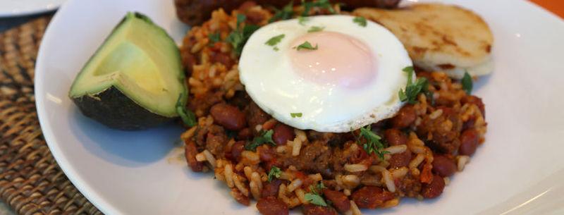 Huevo con frijoles y arroz
