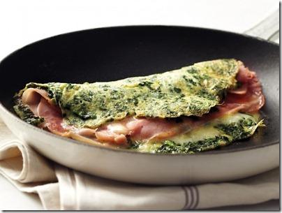 Omelette con espinaca, jamón y queso