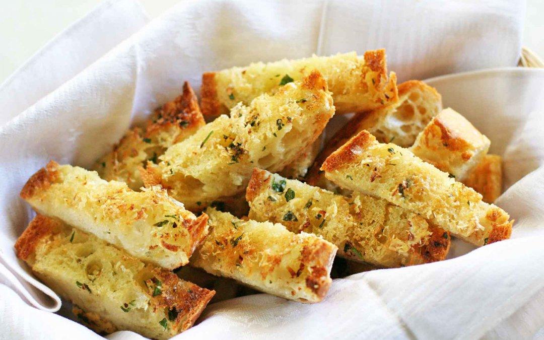 Pan con ajo, mantequilla y parmesano