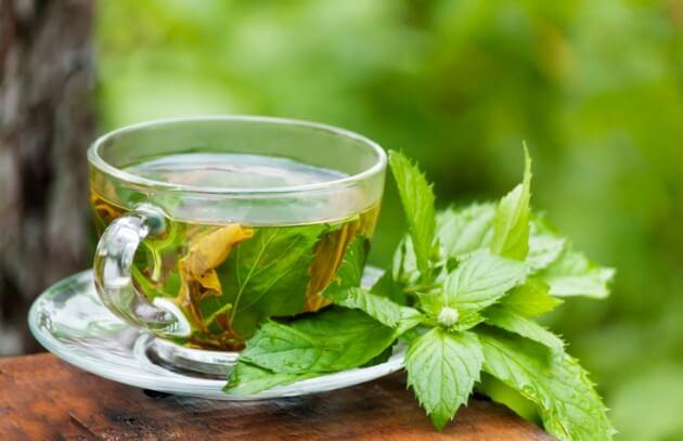 Té verde acompañado de fresas y nueces (r)