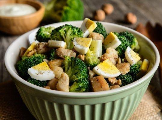 Ensalada de pollo con huevo y brócoli