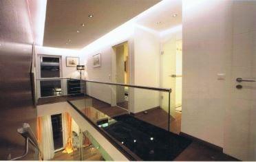 Galerie mit Glasgeländer