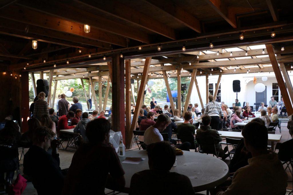 Hele ungdommen samlet i feststemte arealer ute – hvor både måltider og møtet på lørdag fant sted.