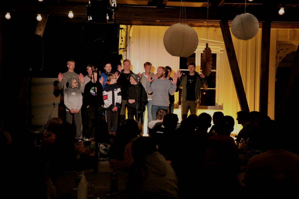 En av gruppenes innslag på lørdags kveld, til stor glede blant resten av gruppene.